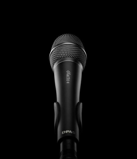 Den håndholdte vokalmikrofonen DPA d:facto kan brukes både med kabel og trådløs håndsender, og tåler 160 dB lydtrykk. Den har ifølge Lyd-Systemer AS en klar og naturlig lydgjengivelse. Pris: 9.800,-.
