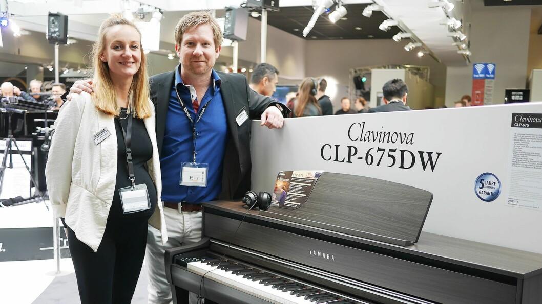 Salgskonsulentene Mari N. Pettersen (t. v.) og Stein Erik Ravnsborg med digitalpianoet Clavianova CLP-675DW.