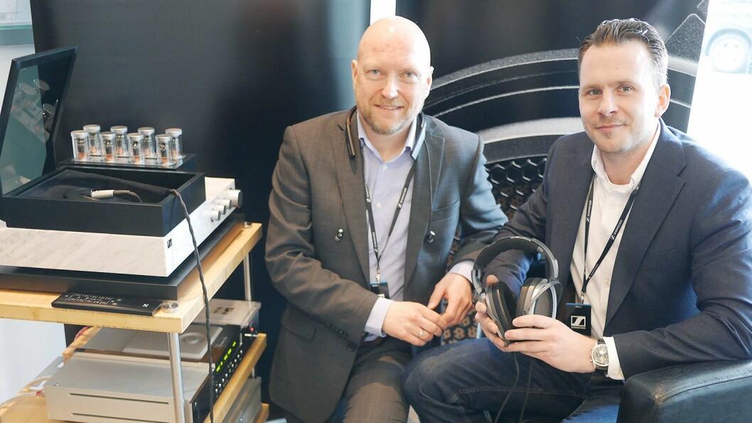 Jan Ove Johansson (t. v.) og Per Johansson er norsk og svensk nøkkelkundesjef, og viser på butikkmessen Vårpuls Sennheisers hodetelefon HE1 til 570.000 kroner. Foto: Stian Sønsteng