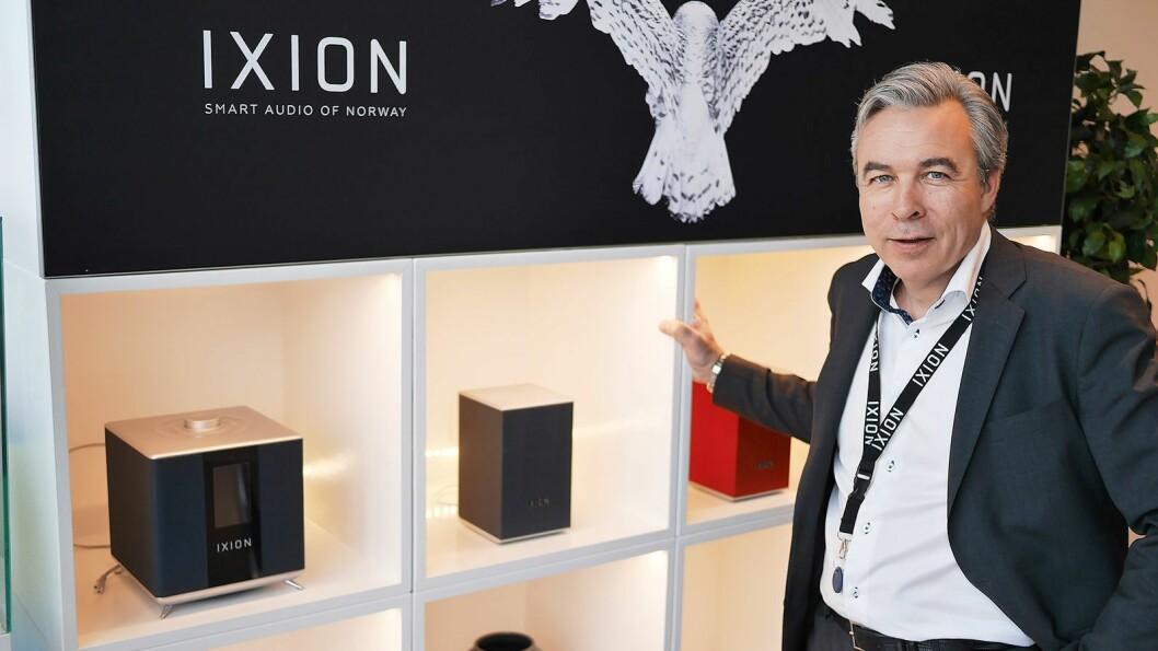 Ixion har fått god plass hos Oslo Hi-Fi Center. Tom Austad i T-Radio AS viser hovedenheten Ixion Maestro (t. v.) og satellitthøyttaleren Solo:2. Foto: Stian Sønsteng