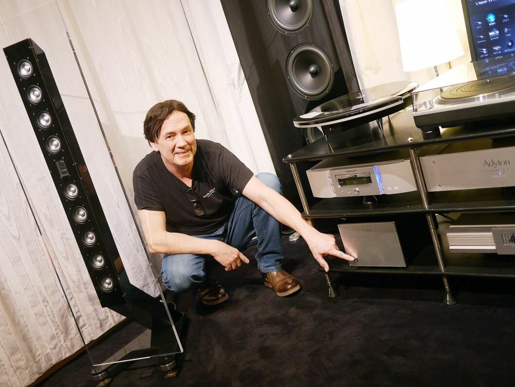 Geir Fredriksen i Audio Insight peker på spenningstrafoen IsoVolt, som koster 45.000 kroner. Til venstre fronthøyttaleren Q10 til 100.000 kroner paret, bak dypbasstårnet fra Audio Insight. Foto: Stian Sønsteng