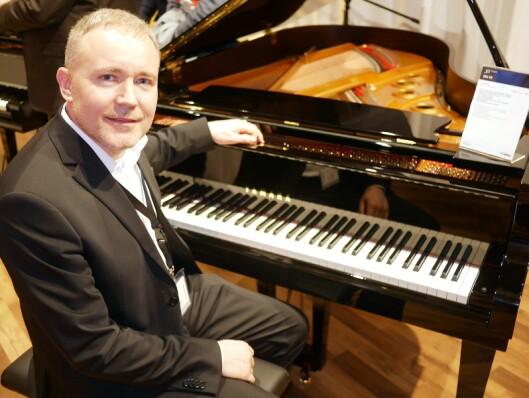 Erik Sæther, skandinavisk produktsjef for piano i Yamaha, med flygelet S7X i premiumserien SX.
