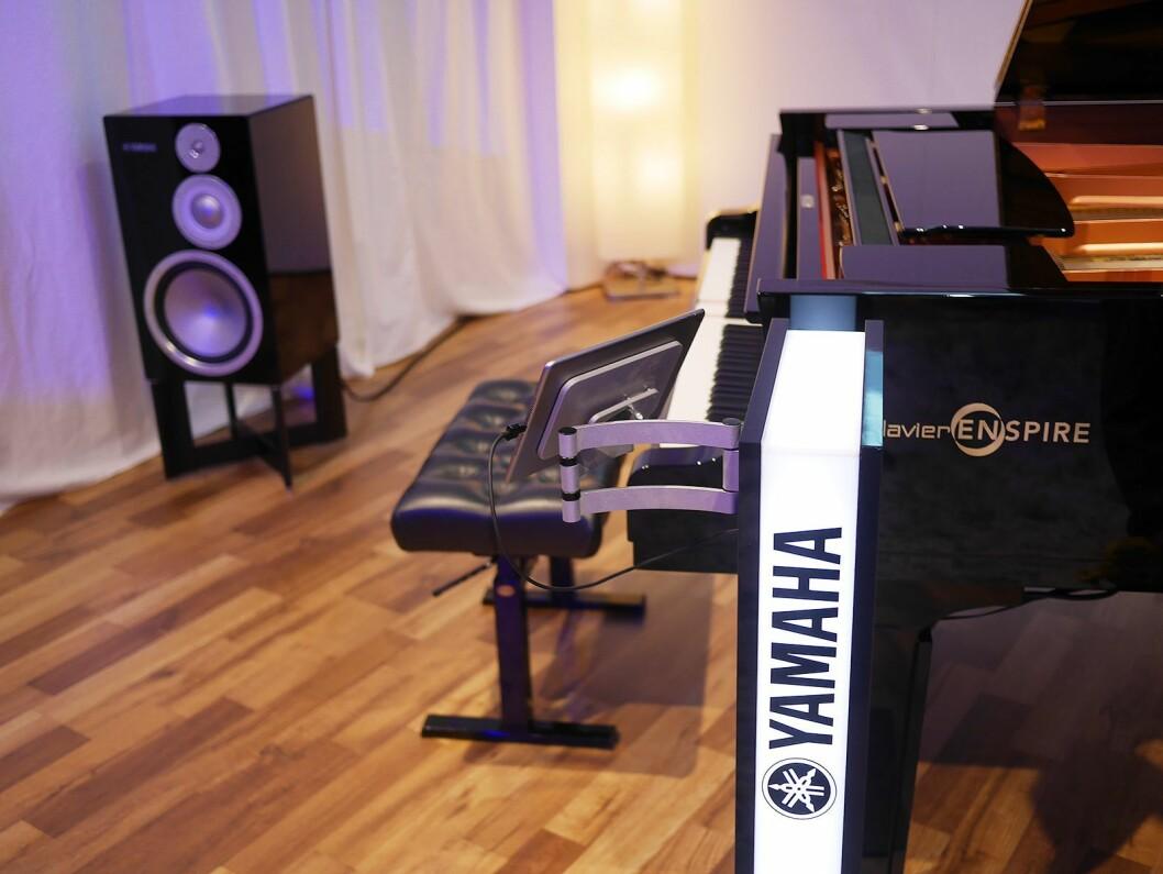 Yamahas selvspillende Disklavier flygel DCFXENPRO koplet til Yamahas stereoanlegg via multiromsystemet MusicCast.