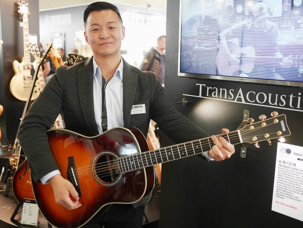 Lars Andersen, skandinavisk produktspesialist for gitarer og trommer, viser Yamaha TransAcoustic med innebygd chorus og reverb.