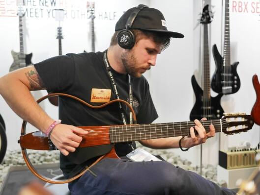 Yamahas nye Silent Guitar bruker mikrofonsimuleringsteknologien SRT (Studio Response Technology) som plukker opp vibrasjonene i strengene og overfører denne til hodetelefonene.
