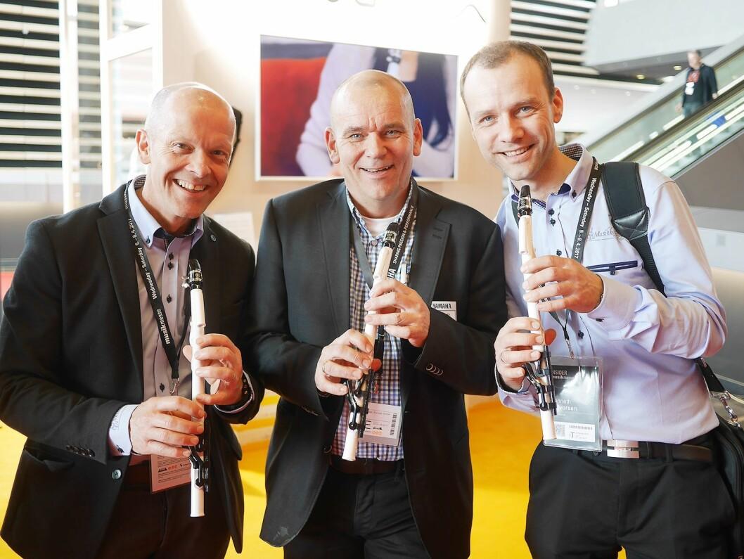 Skandinavisk produktsjef for blås- og orkesterinstrument, Lasse Thing Helseth, flankeres av Morten Gjendemsjø (t. v.) og Kenneth Halvorsen fra Musikk-Miljø AS i Bergen, med det nye blåseinstrumentet Venova.