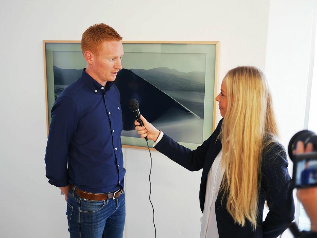 Klas Söderström, leder for livsstilsprodukter i Samsung, blir intervjuet av kommunikasjonsrådgiver Madeleine Schøyen Bergly i Elkjøp Norge, foran The Frame i 55 tommers størrelse. Foto: Stian Sønsteng.