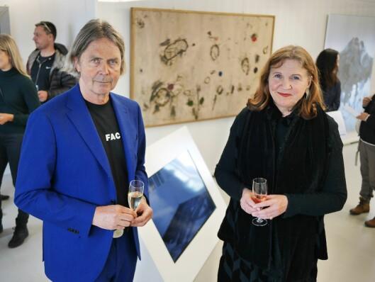 Ekteparet Rolf og Venke Hoff driver galleriet KaviarFactory i Henningsvær på femte året, der The Frame ble lansert den 31. mai. I bakgrunnen Samsung-TVen Rolf Hoff har bygd inn, for visning av kunst. Foto: Stian Sønsteng.