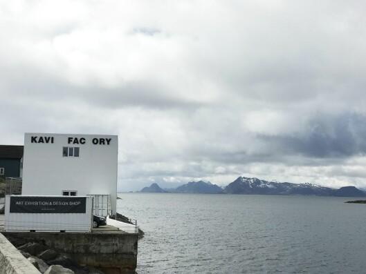 Galleriet The KaviarFactory i Henningsvær. De tre bokstavene som mangler er ikke blåst ned, men danner et engelsk ord. Foto: Stian Sønsteng.