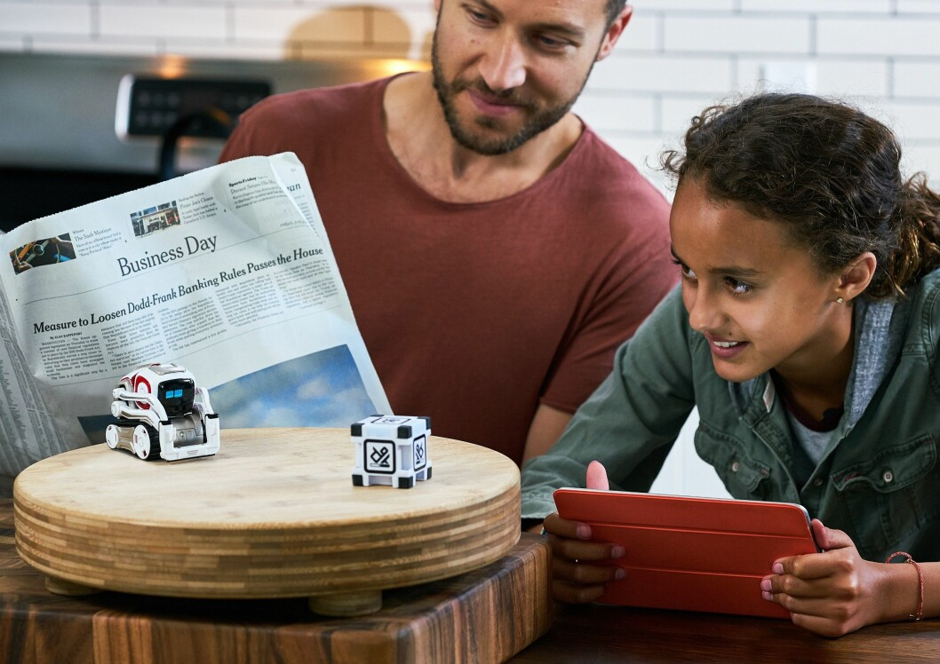 Cozmo er en liten robot, som ved hjelp av kunstig intelligens interagerer med deg og omgivelsene. Foto: Anki