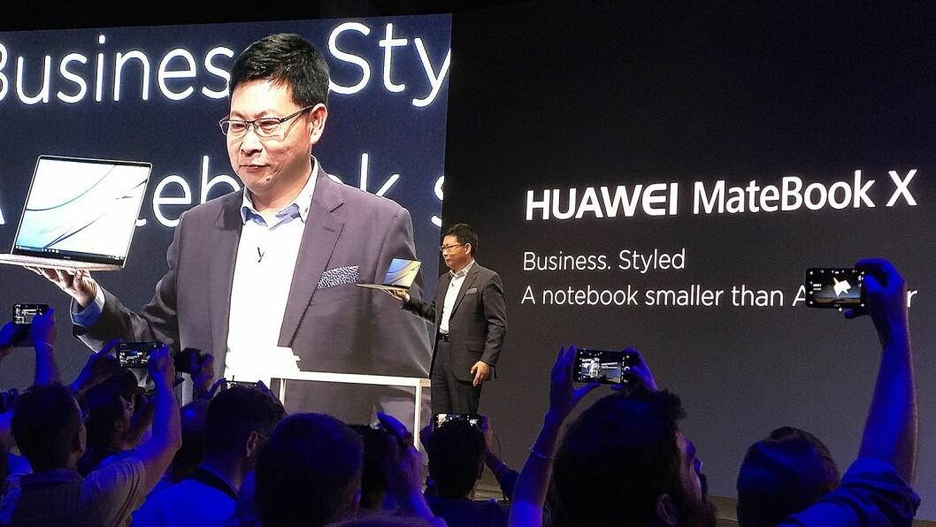 Richard Yu, administrerende direktør i Huawei Consumer Business Group, presenterer MateBook X fra scenen i Berlin. Foto: Stian Sønsteng