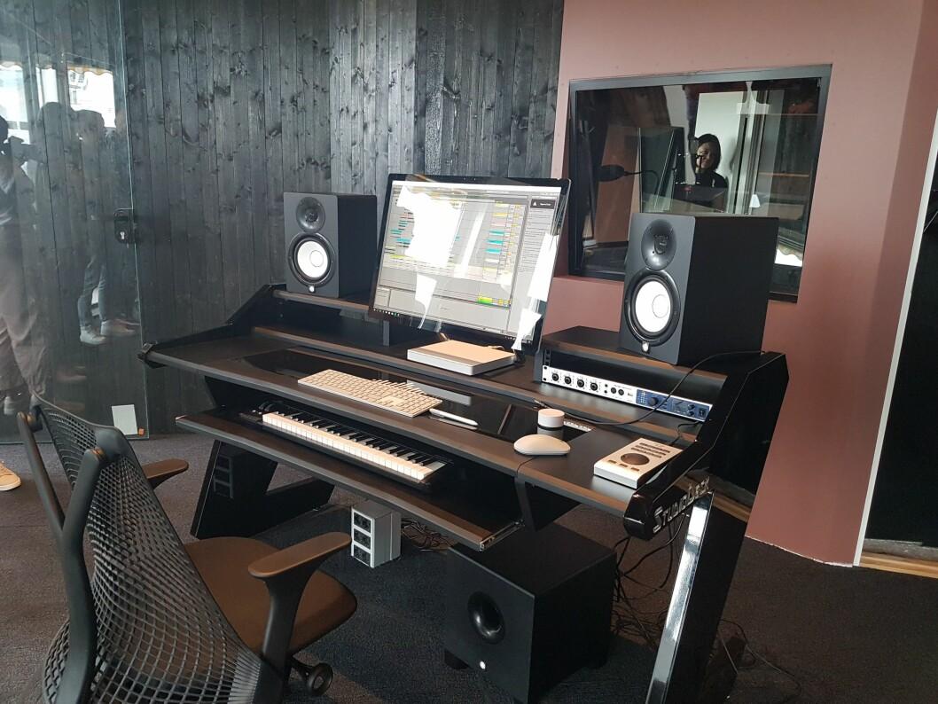 MERs studioer er alle utstyrt med den nye Surface Studio, og maskinen står klar til å skape Alan Walker eller Timbuktus neste hit-låt. Foto: Marte Ottemo.