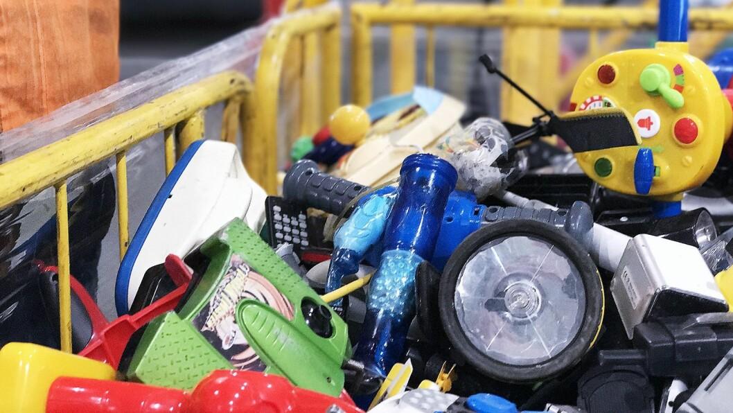Også vibratorer hører hjemme i buret for EE-avfall. Foto: Norsirk