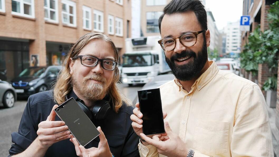 Rikard Skogberg (t. v.) og Frank Otterbeck i Sony Mobile Communications med flaggskiptelefonen Xperia XZ Premium. Pris: 7.500,- Foto: Stian Sønsteng