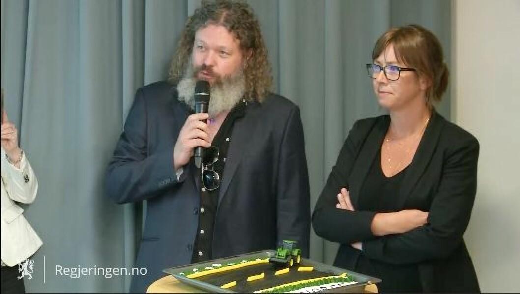 Torgeir Waterhouse, direktør for internett i IKT-Norge og IKT-Norge-sjef Heidi Austli er fornøyde med at regjeringen endelig har lagt fram sitt forslag til graveregler. Foto: IKT-Norge