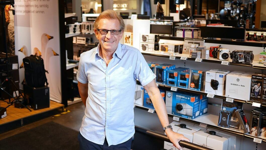 Egil Bjørne Rosenverd ønsker velkommen til Interfotos butikk på Skøyen i Oslo. Han er en av grunnleggerne, daglig leder og medeier i selskapet. Foto: Stian Sønsteng