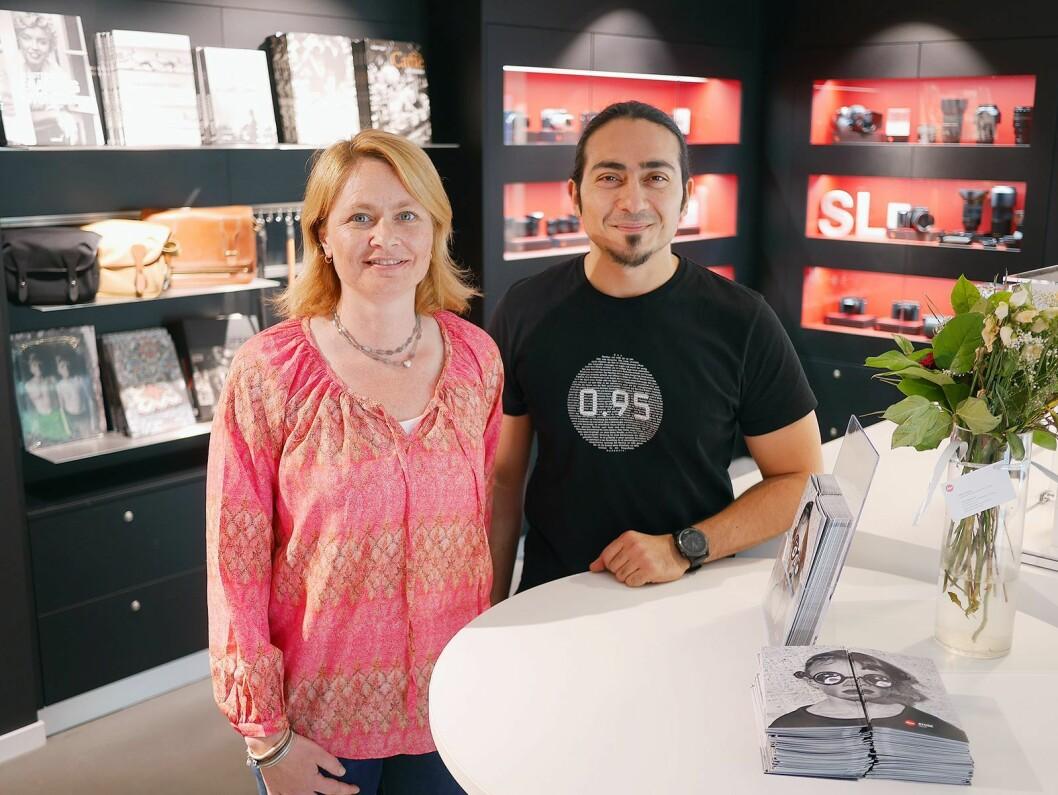 Daglig leder Katrine Adler-Gjerde i Bresson AS og butikksjef Arash Taheri i Leica Store Oslo. Foto: Stian Sønsteng