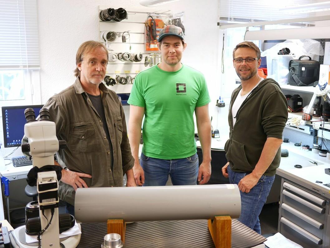 Vegard Kvamme (f. h.), Magnus Hansen og Arild Johansen i FotoCare. I forgrunnen en Infinity collimator. Foto: Stian Sønsteng