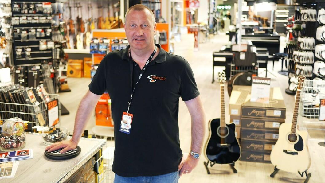 Magne A. Iversen er daglig leder og medeier i Gitarhuset Megastore på Alnabru, som er på 1.000 kvadratmeter. Foto: Stian Sønsteng