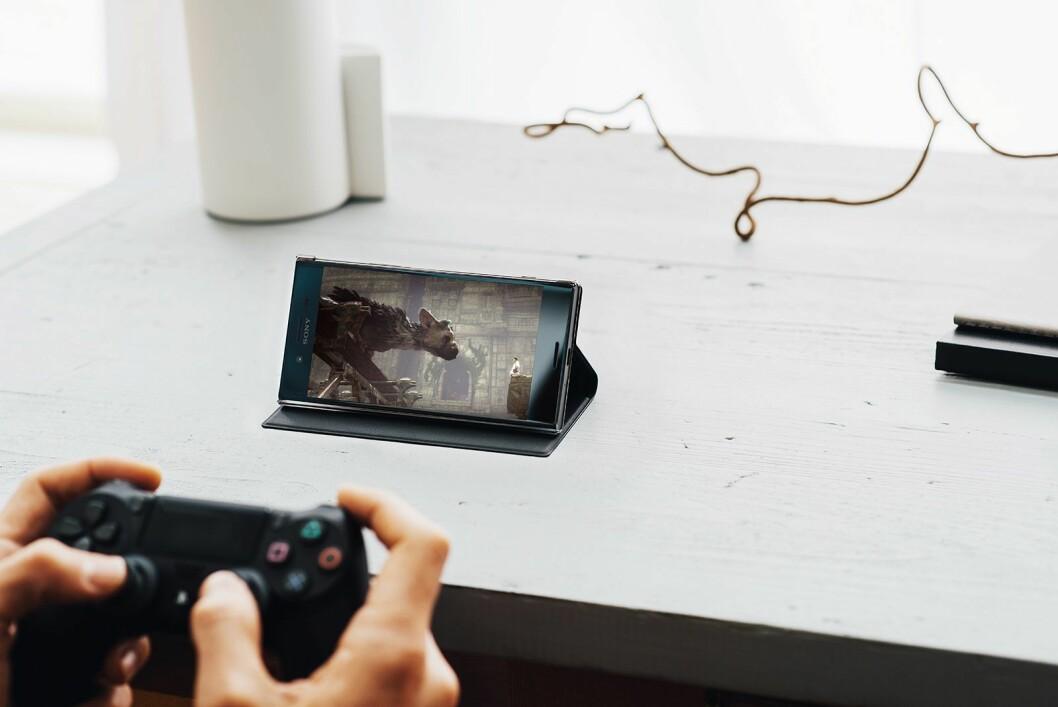 Xperia XZ Premium kan kobles til en PlayStation4-konsoll, slik at man kan spille direkte på mobilskjermen med 4K-oppløsning..