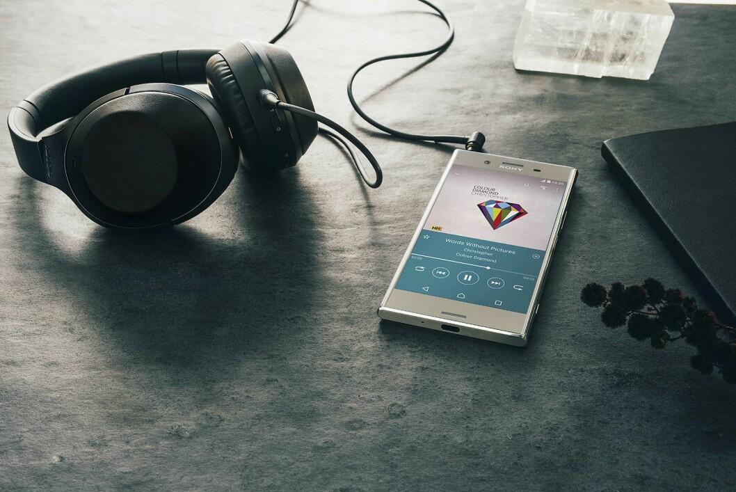 XZ Premium har Hi-Res Audio og DSEE HX-teknologi. Telefonen skalerer opp strømmede og MP3-låter, og med LDAC aktivert overføres tre ganger mer lyddata sammenlignet med normal Bluetooth..