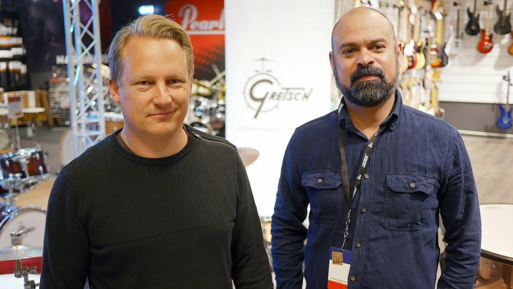 Sebastian Johannesson (t. v.) og Jens Heath utgjør Skandinavia-kontoret til Gewa Music. Her er de ved Gitarhuset Alna. Foto: Stian Sønsteng