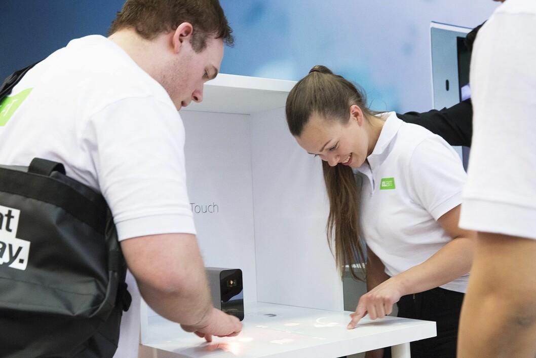 Hos Sony Mobile Communications prøvde de butikkansatte smartproduktet Xperia Touch, som projiserer et berøringssensitivt bilde. Foto: Elkjøp/Lars Holand