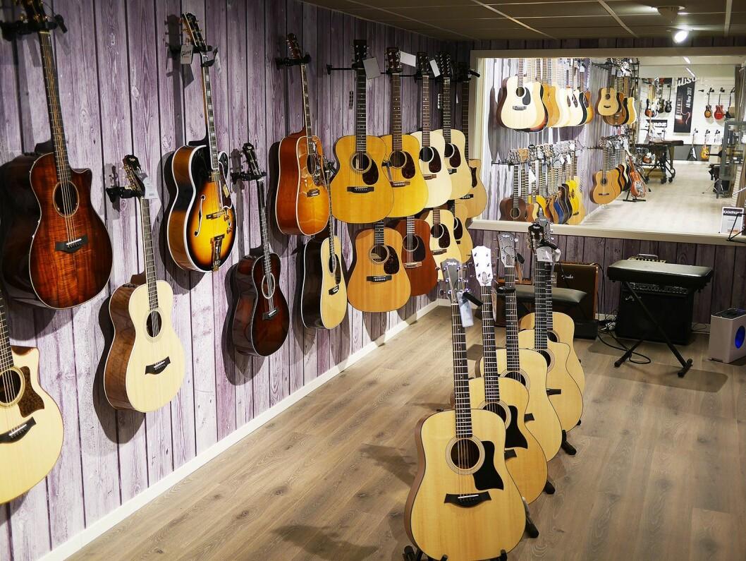 Ett av flere rom der instrumentene kan prøves bak en lukket dør..