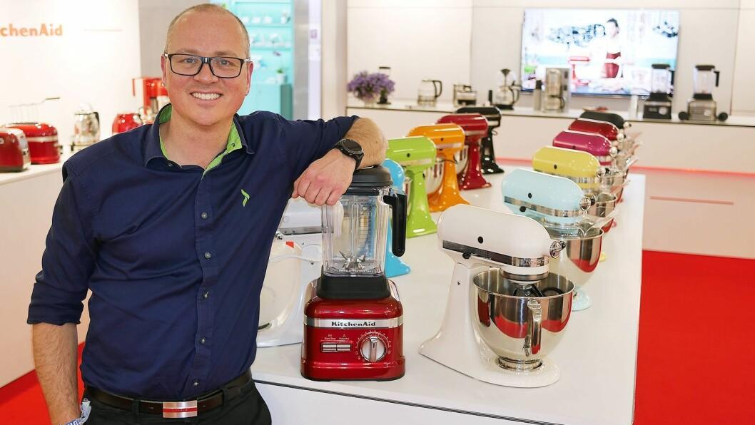 Tommy H. Myhre, kategoridirektør for småelektriske produkter i Elkjøp Nordic AS, trekker frem KitchenAid som et spennende varemerke. Foto: Stian Sønsteng