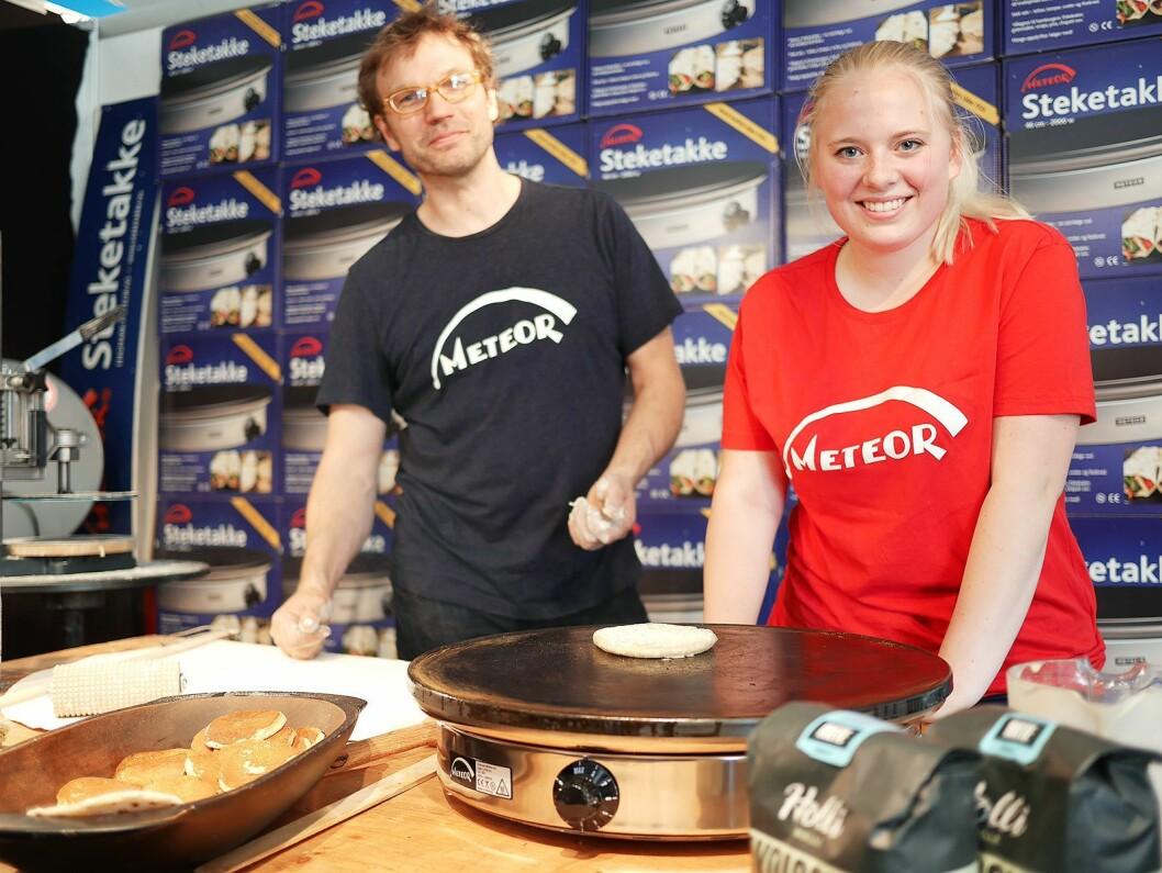Håvid Engmark og niesen Vårild Engmark bød på mat tilberedt på den norskproduserte steketakken Meteor. Foto: Stian Sønsteng