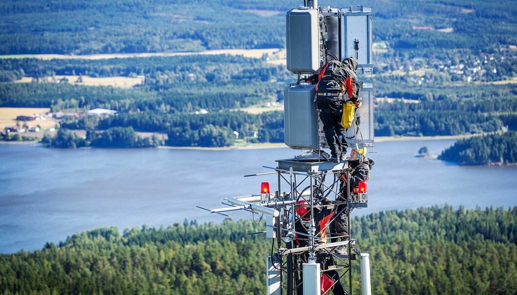 Dab-nettet er klart, nå slukkes FM-sendingene for de store kanalene. Her fra monteringen av dab-senderne på Viktjernåsen i Trøgstad i Østfold. Foto: Norkring
