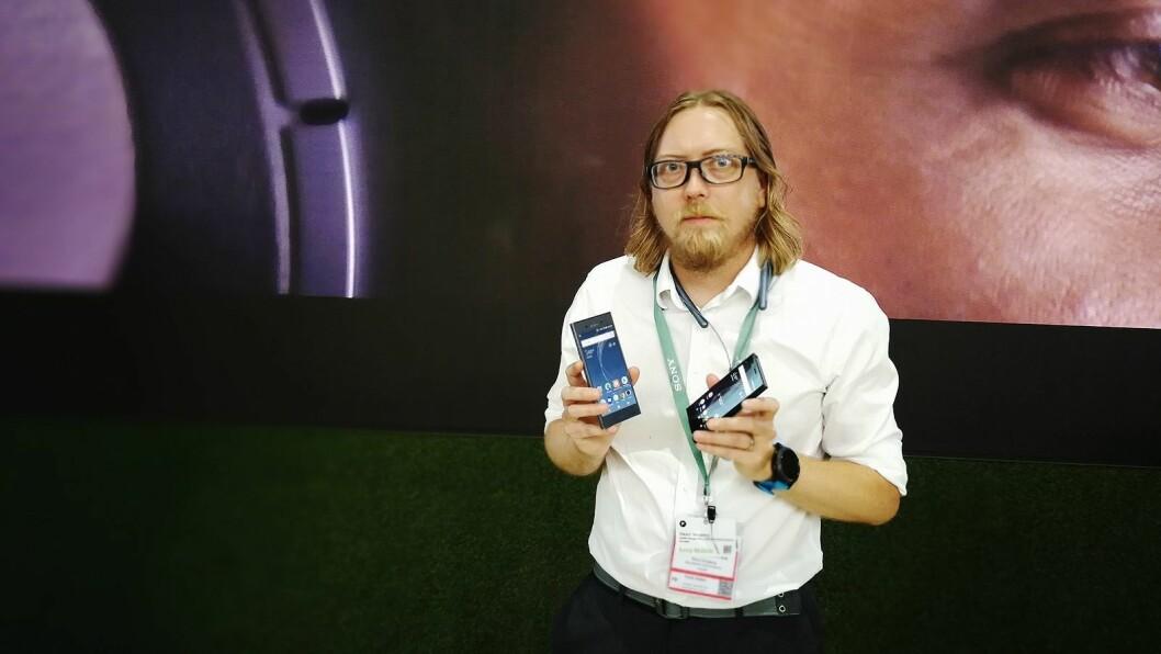 Nordisk produkt- og PR-sjef for Sony Mobile, Rikard Skogberg, viser fram Xperia XZ1 og XZ1 Compact. Foto: Marte Ottemo