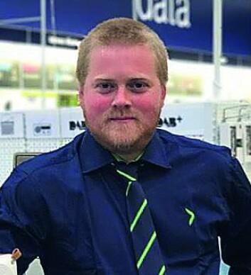 Varehussjef på Elkjøp Lyngdal, Roy Arild Tobiassen, venter nytt oppsving i dab-salget i september, når P4 og Radio Norge stenger sine FM-sendinger. Foto: Elkjøp