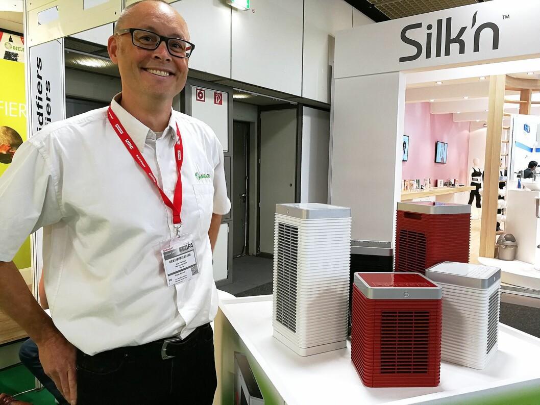 Jarle Karlsrud, daglig leder i Bedre Inneklima, skal lansere varmeovnene på bildet i det norske markedet i høst. Foto: Marte Ottemo