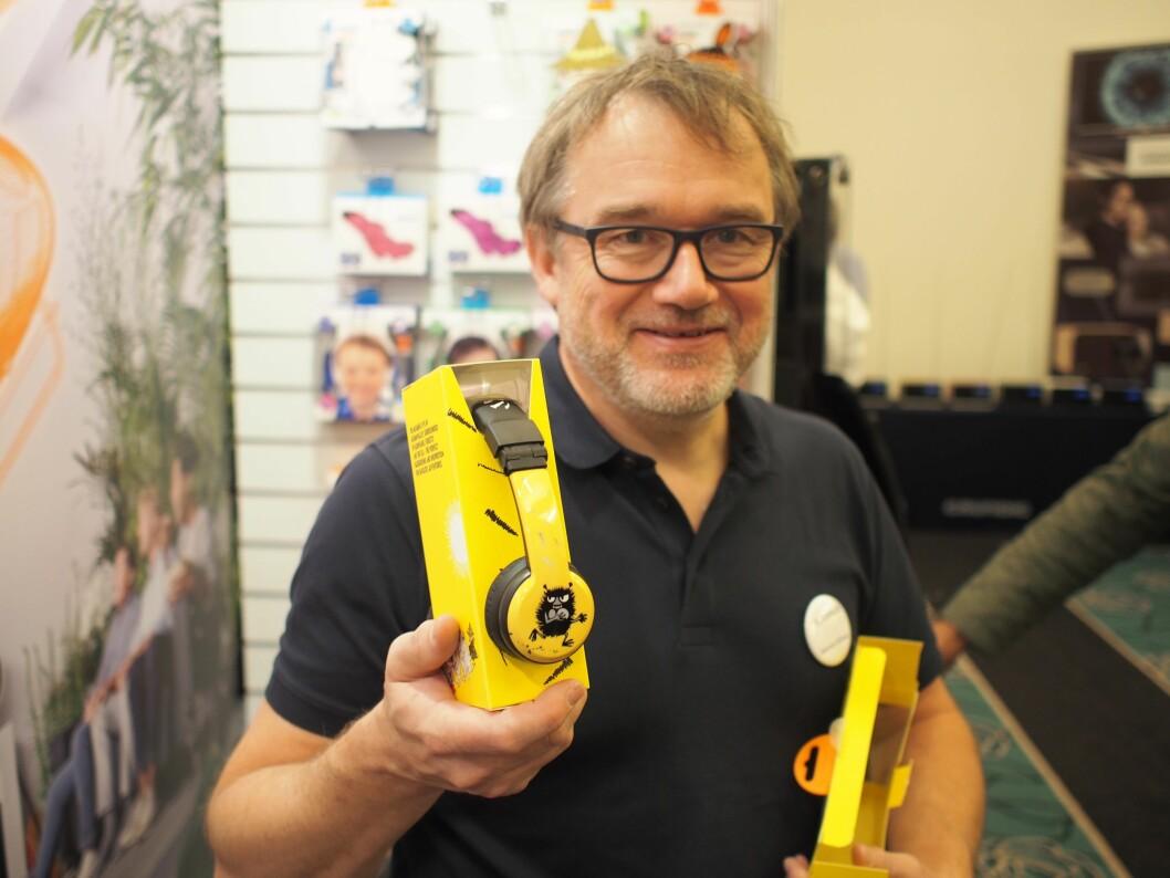 Henning Langaard fra Aurora-gruppen viser frem den nye hodetelefonserien fra Buddyphones, med motiv fra Mummi-universet. Foto: Jan Røsholm