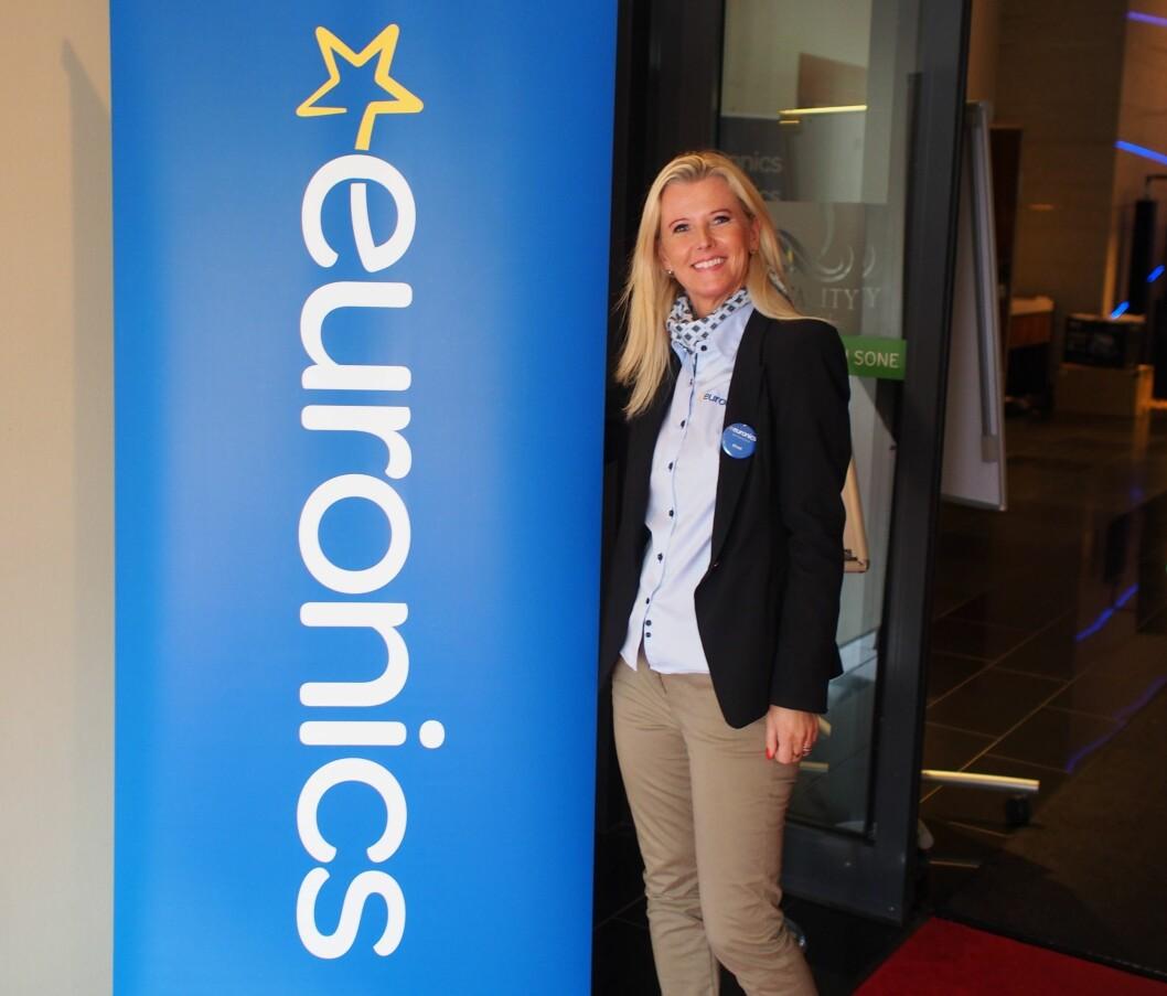 Kirsti Berg viser stolt frem den nye Euronics logoen. Foto: Jan Røsholm