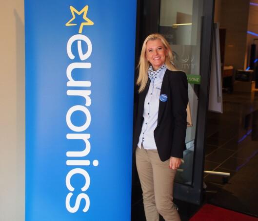 Daværende markedsdirektør Kirsti Berg med den splitter nye Euronics-logoen under fjorårets kompetansedager. Foto: Jan Røsholm.