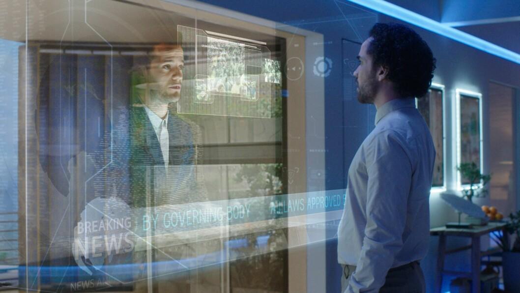 Oscar ser nyhetene i et hologram. Foto: National Geographic