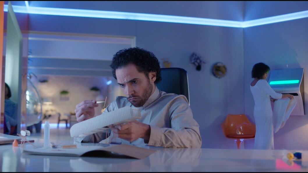 Oscar i TV-serien arbeider med et modellfly mens Eva bruker fremtidens hvitevare. Foto: National Geographic