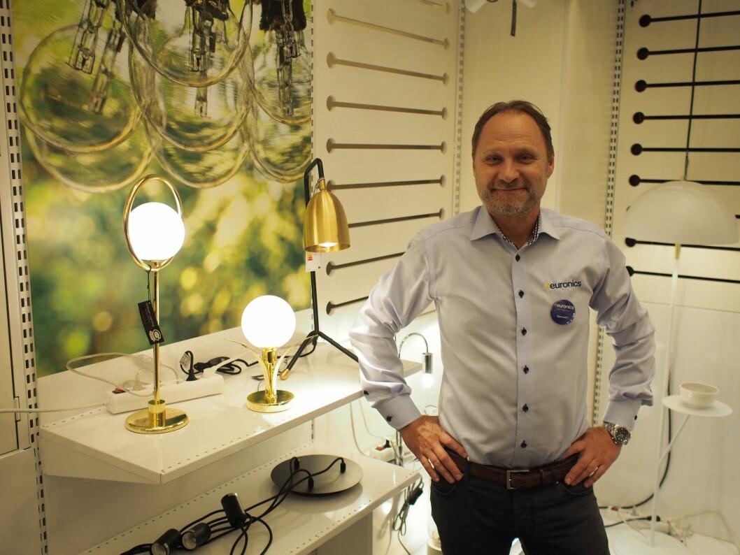 Kjedeleder Kenneth Baltzersen foran et lite utvalg lamper. Kjeden tilbyr 800 varelinjer innen kategorien. Foto: Jan Røsholm