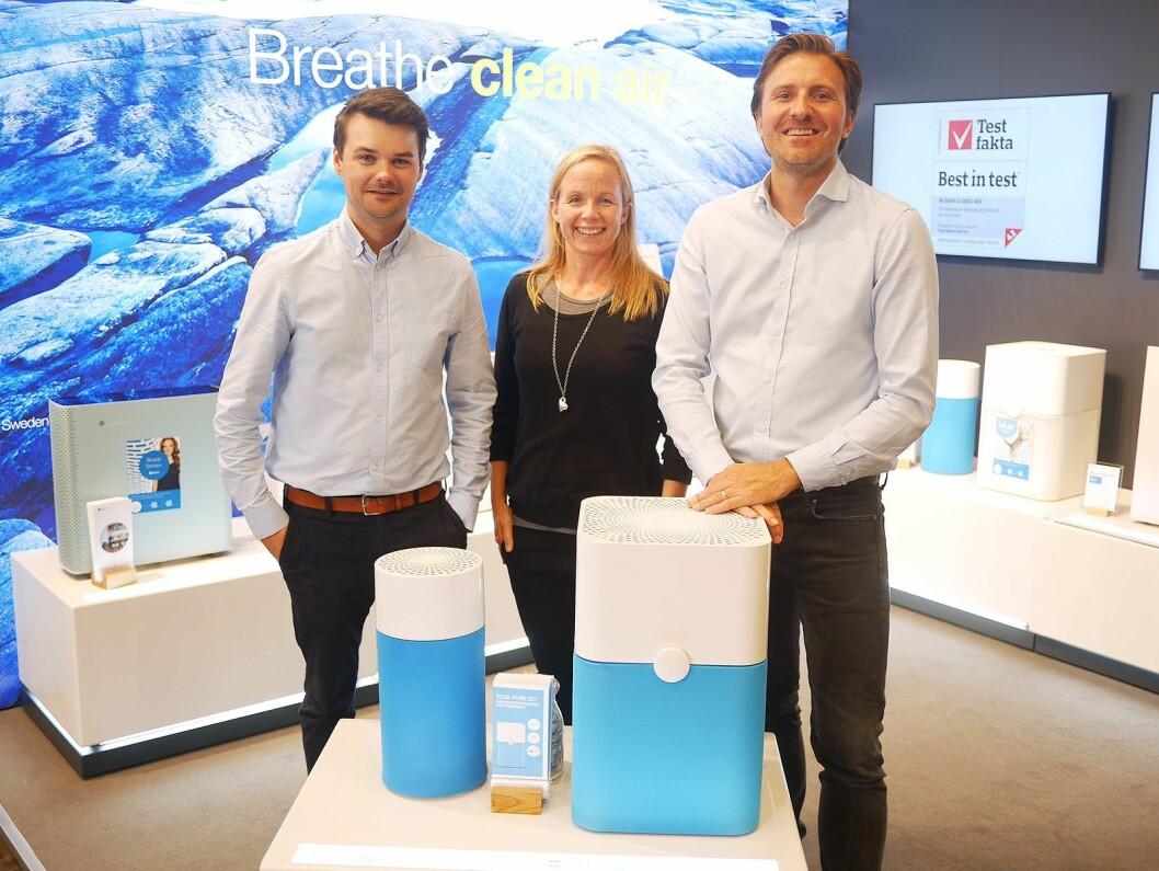 Martin Leek (f. v.), Heidi Åkerblom og Alexander Provins i svenske Blueair AB viste blant annet luftrenserne Blue Pure 411 (t. v.) og Blue Pure 221. Foto: Stian Sønsteng