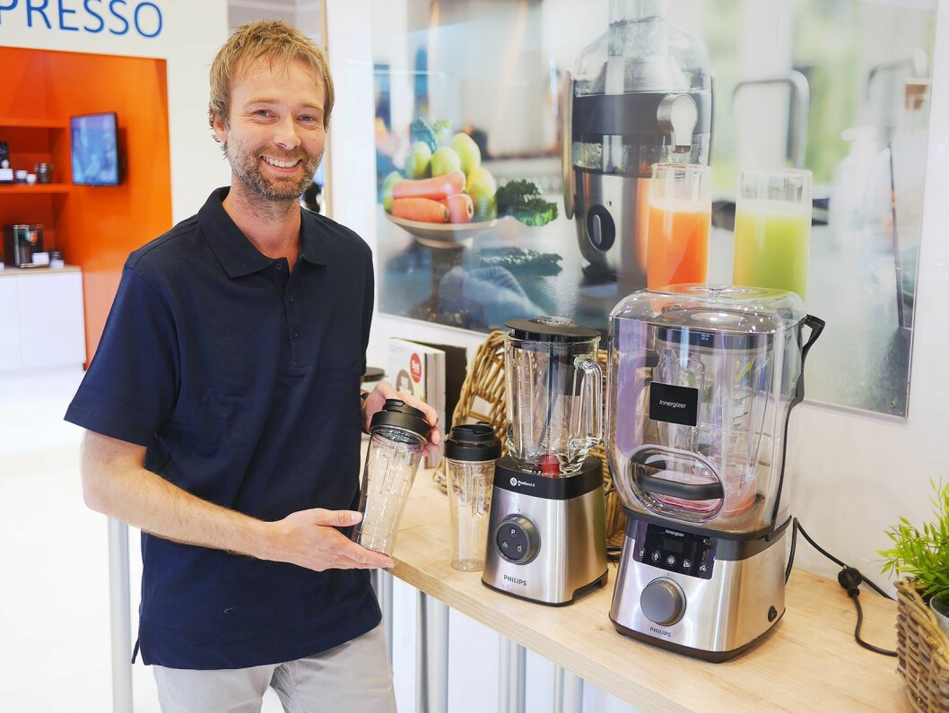 Bernt Risøy i Philips med Innergizer HR3868/00 (pris: 7.000,-) og ProBlend 6 HR3655/00 (Pris: 1.700,-). Foto: Stian Sønsteng