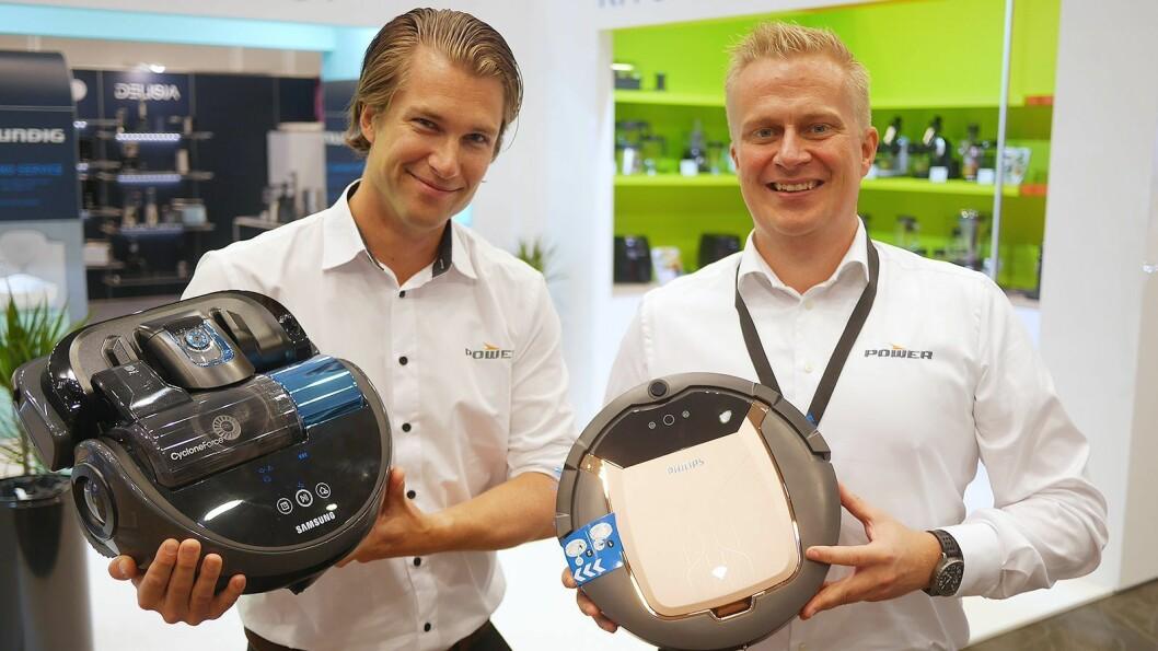 Mikkel Alme og Thomas Marthinsen i Power med robotstøvsugerne Samsung SR20J9040W og Philips SmartPro FC8832/01. Foto: Stian Sønsteng