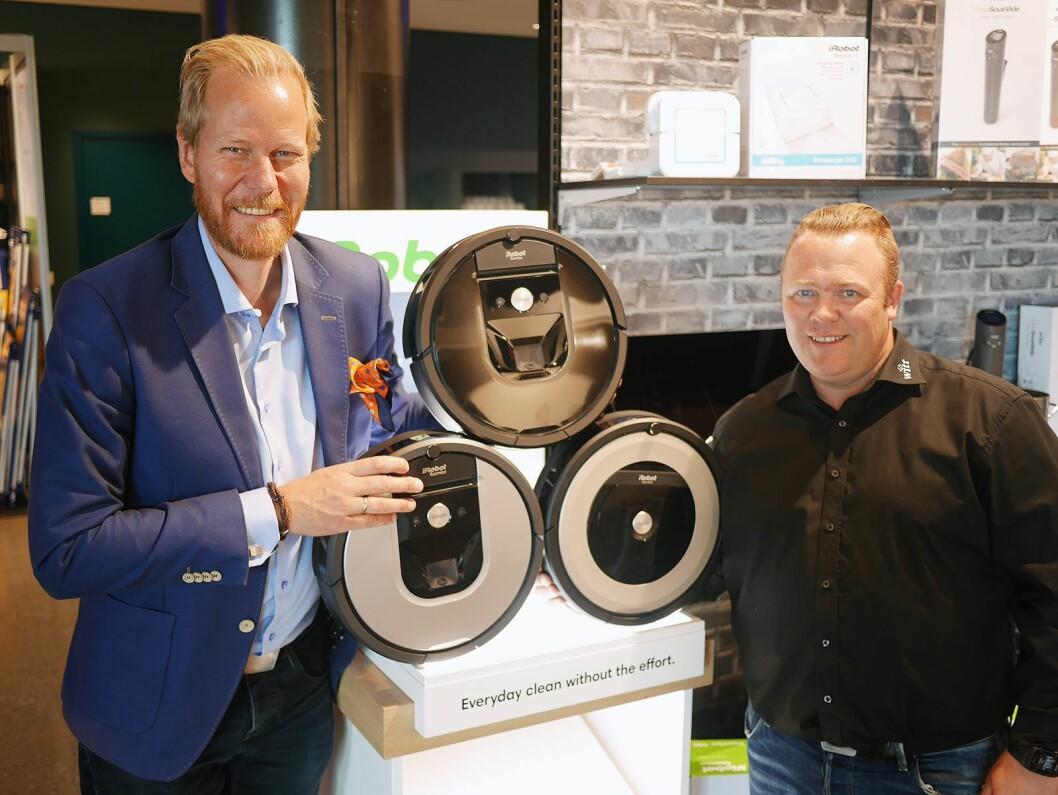 Nøkkelkundesjef Randulf Rossbach (t. v.) og distriktssjef Pål Schau i Witt A/S med iRoobot Roomba 980 (øverst), 965 og 891 – sistnevnte er helt ny. Foto: Stian Sønsteng