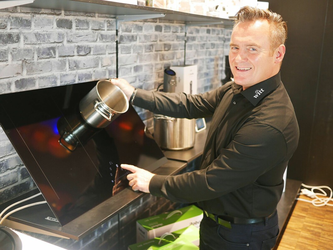 Distrikssjef Kyrre Bjørnevik viser frem Witts platetopp One Touch. Foto: Stian Sønsteng.