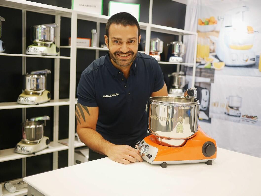 Robin Bahl i Nordic Brand Hub er ny leverandør av de svenskproduserte kjøkkenmaskinene Ankarsrum. Foto: Stian Sønsteng