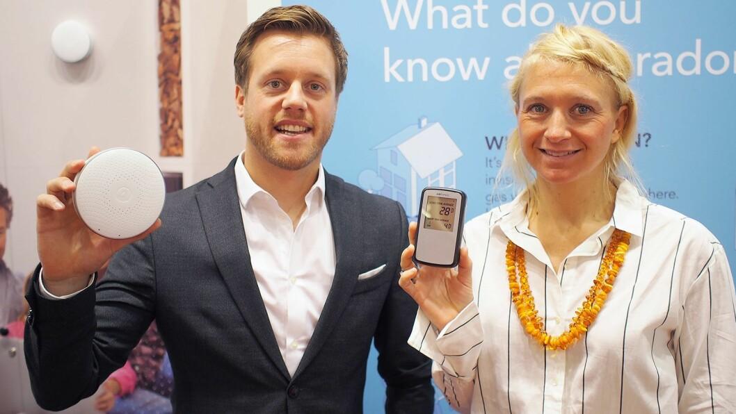 Anders Follerås og Pippa Boothman viser frem begge modellene av radonmålere.