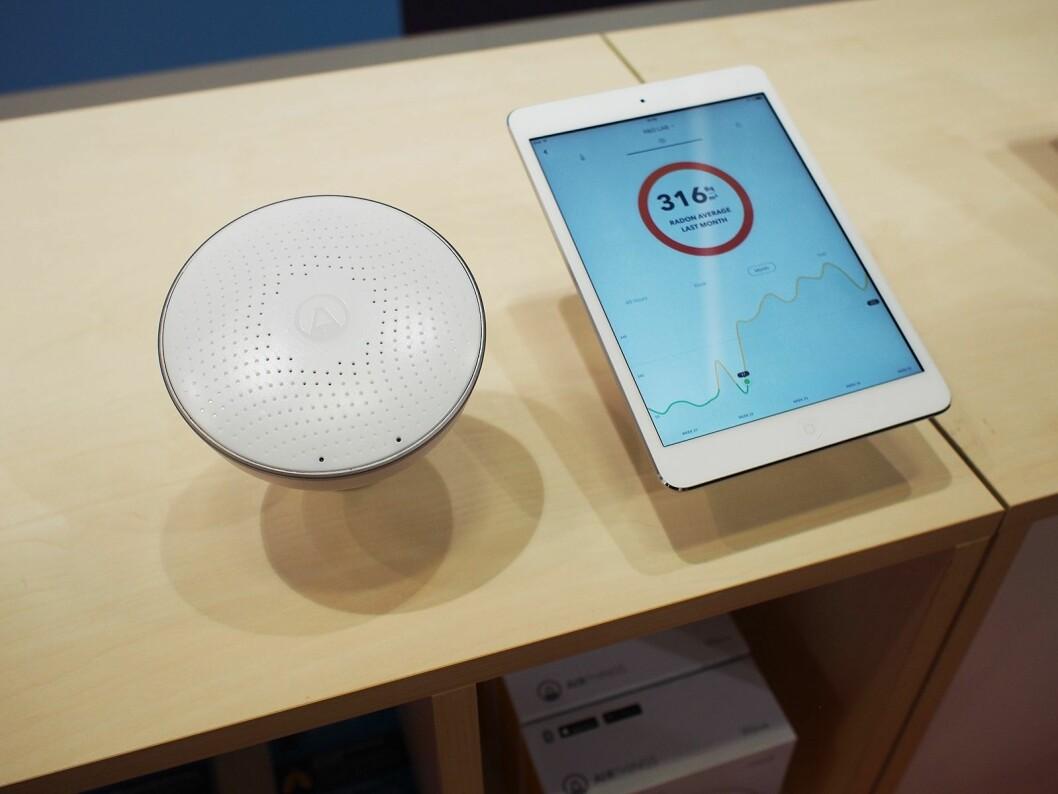 Airthings radonmåler består av en sensor og en app. I appen får du kontinuerlig måleresultater.
