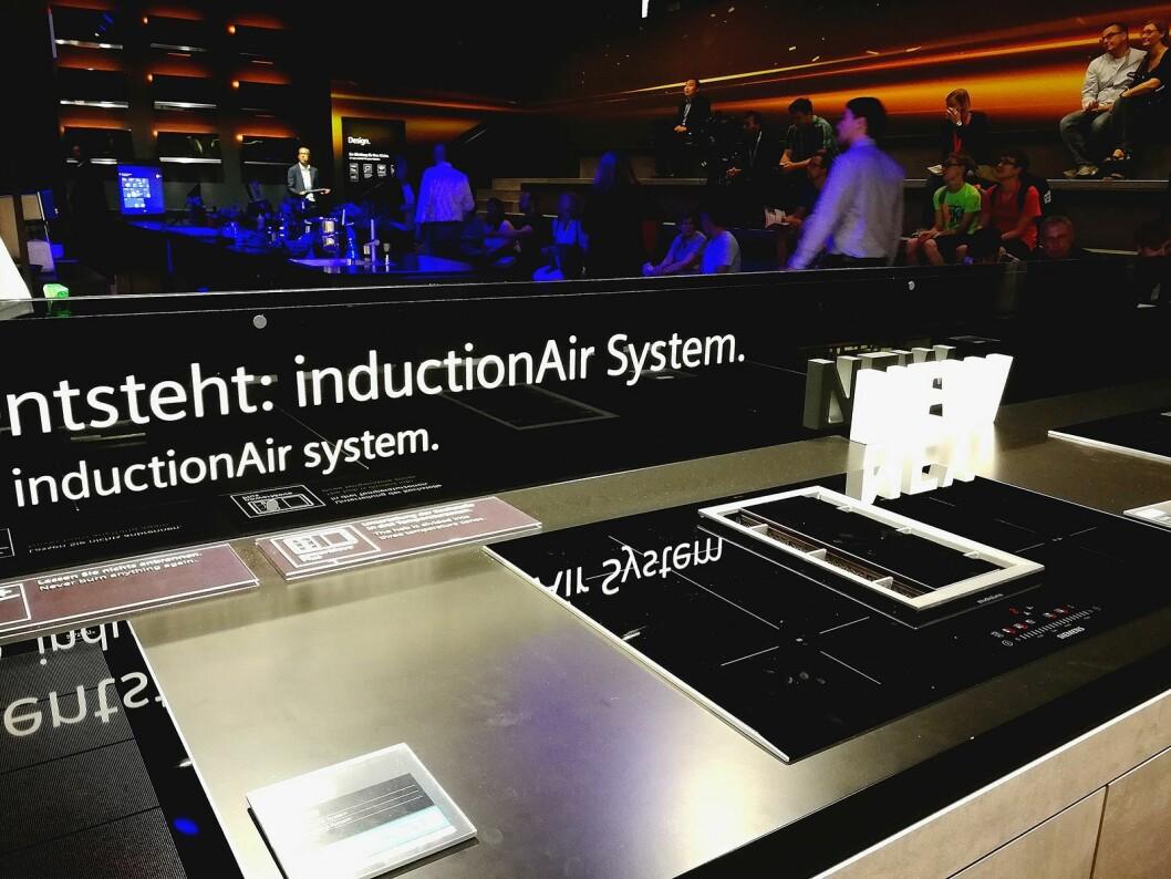 Med ventilatoren integrert i koketoppen blir innredningen av kjøkkenet straks mer fleksibelt. Foto: Marte Ottemo.