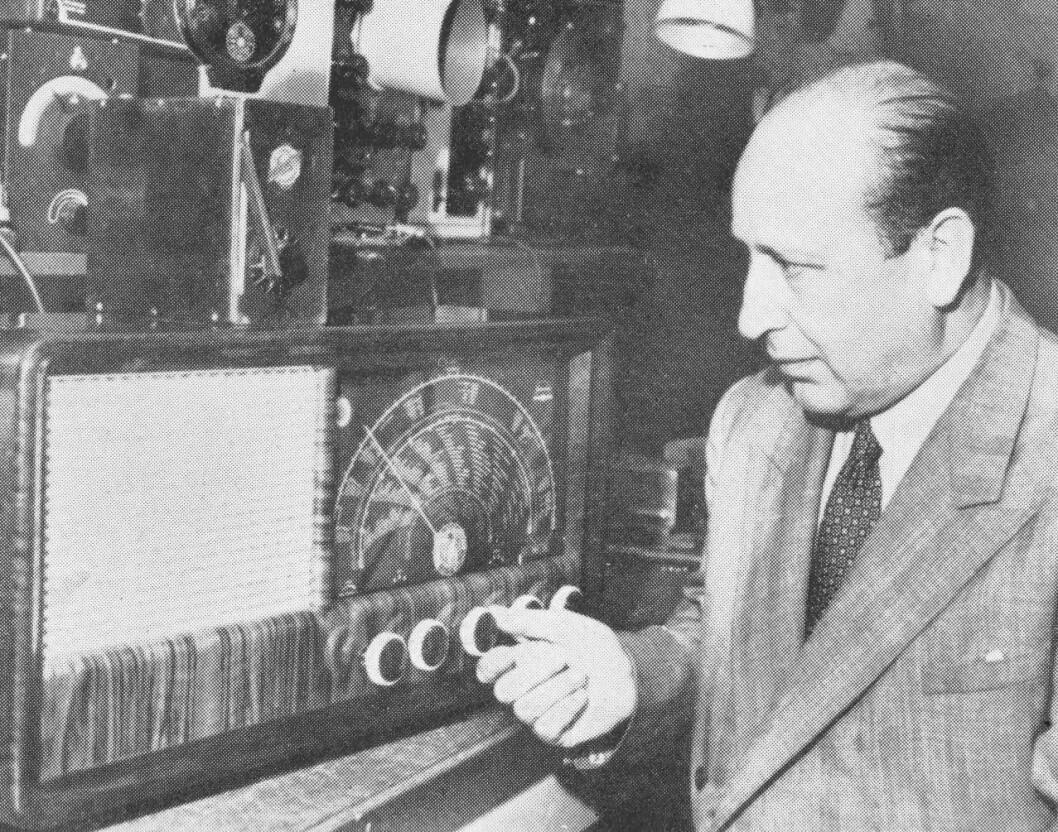 Dette bildet av Jan Wessel er fra 1952. På radioen står Wessels første rørradio R2 fra 1926. Bildet er fra Fredrik C. Hildischs historiske arkiv.